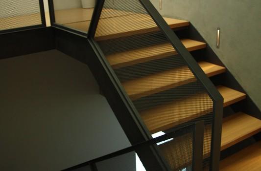 interier-rodinneho-domu-rekonstrukcia-bratislava-stare-mesto-foto-05-interierovy-dizajner-moderny-styl-schodisko-elegantne-zabradlie-tahokov