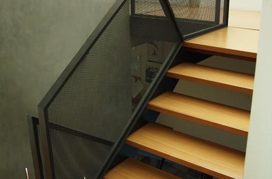 interier-rodinneho-domu-rekonstrukcia-bratislava-stare-mesto-foto-04-interierovy-dizajner-moderny-styl-schodisko-elegantne-zabradlie-tahokov