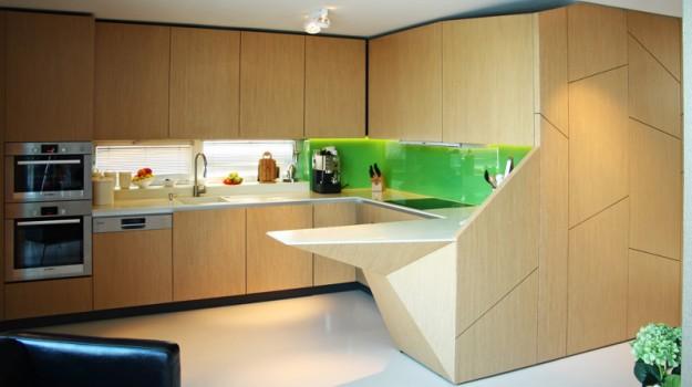 interier-rodinneho-domu-rekonstrukcia-bratislava-stare-mesto-foto-12-interierovy-dizajner-moderny-styl-elegantna-drevena-kuchyna-dizajnovy-barovy-pult-zelena-zastena
