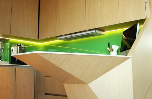 interier-rodinneho-domu-rekonstrukcia-bratislava-stare-mesto-foto-11-interierovy-dizajner-moderny-styl-elegantna-kuchyna-dizajnovy-barovy-pult-zelena-zastena