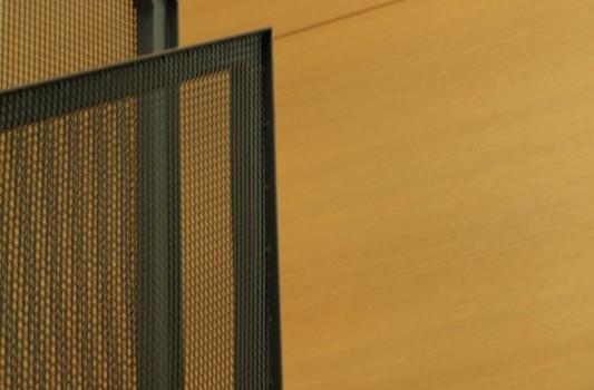 interier-rodinneho-domu-rekonstrukcia-bratislava-stare-mesto-foto-04-interierovy-dizajner-moderny-styl-schodisko-elegantne-zabradlie-tahokov-detail