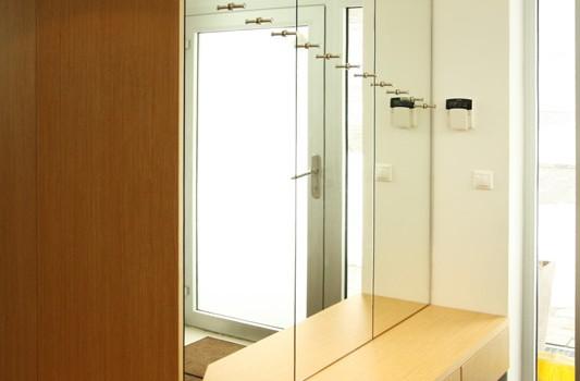 interier-rodinneho-domu-rekonstrukcia-bratislava-stare-mesto-foto-02-interierovy-dizajner-moderny-styl-chodba-dreveny-dizajnovy-botnik-zrkadlo