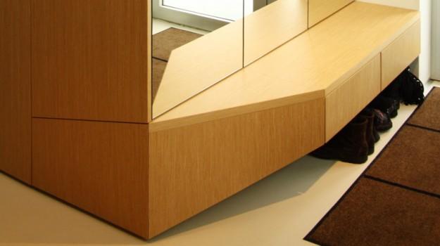 interier-rodinneho-domu-rekonstrukcia-bratislava-stare-mesto-foto-01-3-interierovy-dizajner-moderny-styl-chodba-dreveny-dizajnovy-botnik-zrkadlo