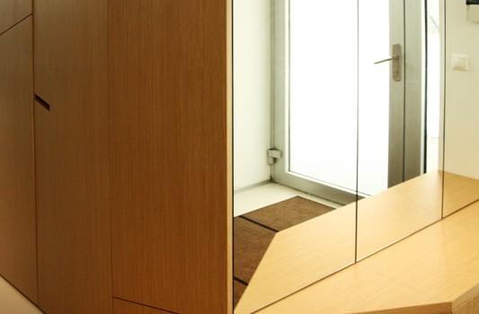 interier-rodinneho-domu-rekonstrukcia-bratislava-stare-mesto-foto-01-interierovy-dizajner-moderny-styl-chodba-dreveny-dizajnovy-botnik-zrkadlo