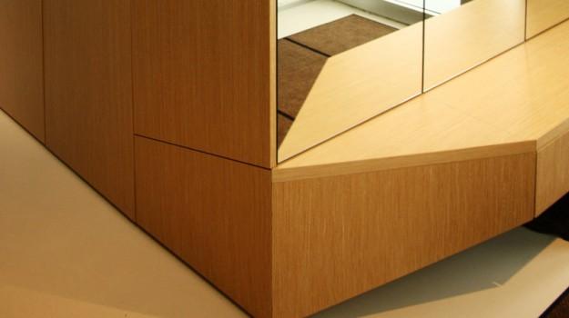 interier-rodinneho-domu-rekonstrukcia-bratislava-stare-mesto-foto-01-2-interierovy-dizajner-moderny-styl-chodba-dreveny-dizajnovy-botnik-zrkadlo