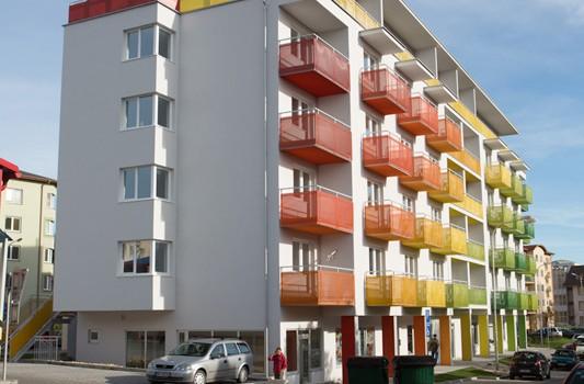 redizajn-fasady-bytovy-dom-colorhouse-1-topolcany-exterier-c-02-architekt-farebna-fasada