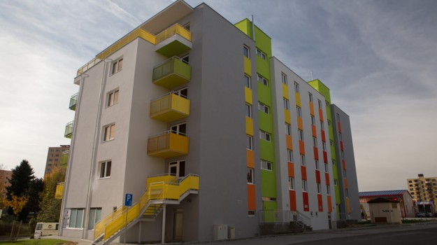 redizajn-fasady-bytovy-dom-colorhouse-1-topolcany-exterier-c-03-architekt-farebna-fasada