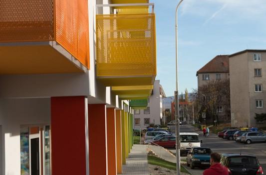 redizajn-fasady-bytovy-dom-colorhouse-1-topolcany-exterier-c-08-architekt-farebna-fasada