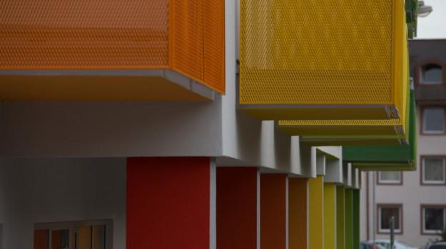 redizajn-fasady-bytovy-dom-colorhouse-1-topolcany-exterier-c-12-architekt-farebna-fasada