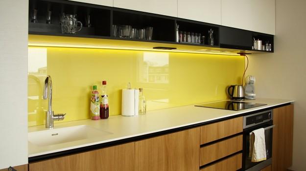 interier-bytu-novostavba-kadnarova-ul-bratislava-039-navrh-architekt-jednoducha-kuchyna-nadcasova-biela-pracovna-doska-himacs-detail-kuchynskej-linky-dvierka-orech-zlta-zastena-lakobel-police-na-pohare