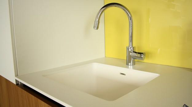 interier-bytu-novostavba-kadnarova-ul-bratislava-061-navrh-architekt-moderna-kuchyna-biela-pracovna-doska-himacs-drez-z-himacsu-detail-drezu-dvierka-orech-zlta-zastena-lakobel