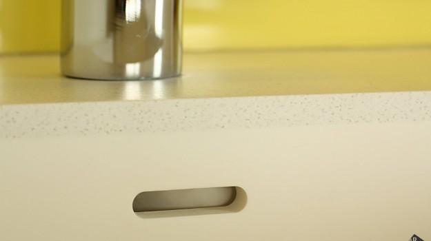 interier-bytu-novostavba-kadnarova-ul-bratislava-097-navrh-interierovy-architekt-moderna-biela-kuchyna-pracovna-doska-himacs-andromeda-drez-z-himacsu-pure-white-detail