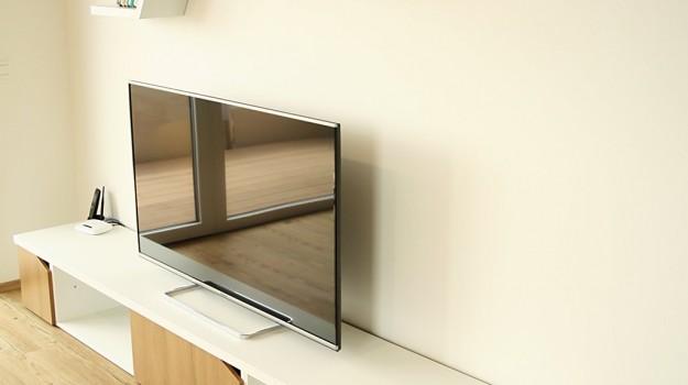 interier-bytu-novostavba-kadnarova-ul-bratislava-086-navrh-od-architekta-moderna-obyvacia izba-super-napadity-priestor-nabytok-na-mieru-detail-TV-skrinka-atypicke-police