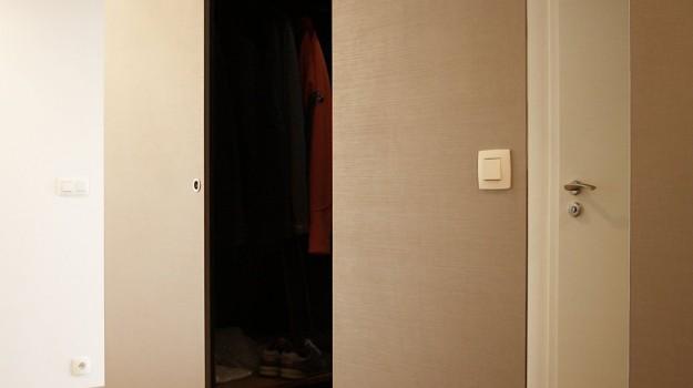 interier-bytu-novostavba-kadnarova-ul-bratislava-053-navrh-interieru-od-architekta-kreativna-vstupna-predsien-chodba-vstup-super-napadity-priestor-nabytok-na-mieru-krasny-satnik