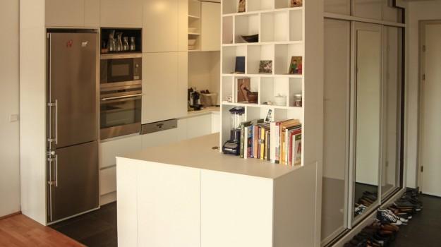 minimalisticka-biela-kuchyna-novostavba-mezonetoveho-bytu-Vieden-01-biely-nadcasovy-dizajn-pracovna-doska-himacs-interierovy-navrh-od-architekta-Bratislava-archilab