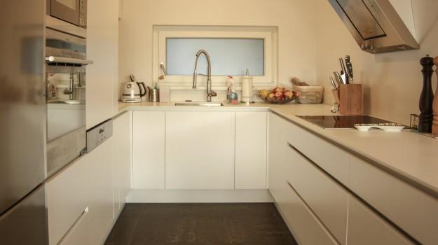 minimalisticka-biela-kuchyna-novostavba-mezonetoveho-bytu-Vieden-02-biely-nadcasovy-dizajn-pracovna-doska-himacs-interierovy-navrh-od-architekta-Bratislava-archilab