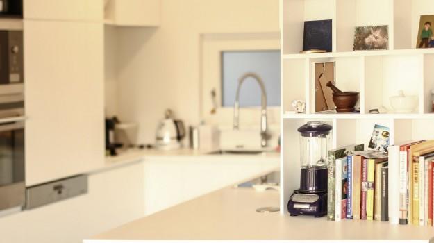 minimalisticka-biela-kuchyna-novostavba-mezonetoveho-bytu-Vieden-03-biely-nadcasovy-dizajn-pracovna-doska-himacs-interierovy-navrh-od-architekta-Bratislava-archilab-detail-polica