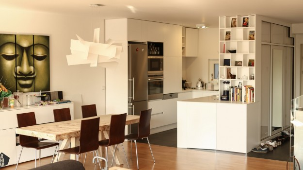 minimalisticka-biela-kuchyna-novostavba-mezonetoveho-bytu-Vieden-04-biely-nadcasovy-dizajn-pracovna-doska-himacs-nadherny-stol-z-masivneho-dreva-interierovy-navrh-od-architekta