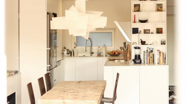minimalisticka-biela-kuchyna-novostavba-mezonetoveho-bytu-Vieden-05-biely-nadcasovy-dizajn-pracovna-doska-himacs-nadherny-stol-z-masivneho-dreva-interierovy-navrh-od-architekta