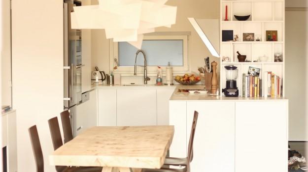 minimalisticka-biela-kuchyna-novostavba-mezonetoveho-bytu-Vieden-06-biely-nadcasovy-dizajn-pracovna-doska-himacs-nadherny-stol-z-masivneho-dreva-interierovy-navrh-od-architekta