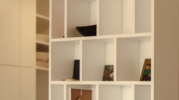 minimalisticka-biela-kuchyna-novostavba-mezonetoveho-bytu-Vieden-07-biely-nadcasovy-dizajn-pracovna-doska-himacs-interierovy-navrh-od-architekta-Bratislava-archilab-detail-polica