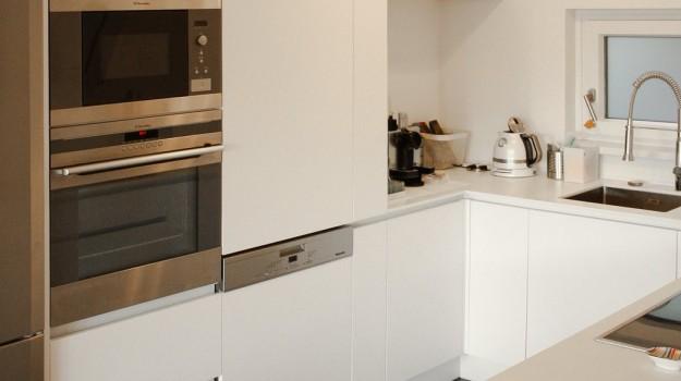 minimalisticka-biela-kuchyna-novostavba-mezonetoveho-bytu-Vieden-08-biely-nadcasovy-dizajn-pracovna-doska-himacs-interierovy-navrh-od-architekta