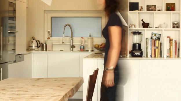 minimalisticka-biela-kuchyna-novostavba-mezonetoveho-bytu-Vieden-10-biely-nadcasovy-dizajn-pracovna-doska-himacs-nadherny-stol-z-masivneho-dreva-interierovy-navrh-od-architekta