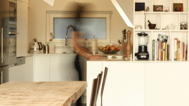 minimalisticka-biela-kuchyna-novostavba-mezonetoveho-bytu-Vieden-11-biely-nadcasovy-dizajn-pracovna-doska-himacs-nadherny-stol-z-masivneho-dreva