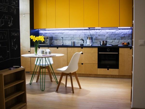 navrh-od-architekta-interierovy-dizajn-interier-bytu-rekonstrukcia-bratislava-stare-mesto-krasna-dizajnova-kuchyna-dvierka-z-preglejky-zlte-horne-skrinky-kruhovy-jedalensky-stol-01