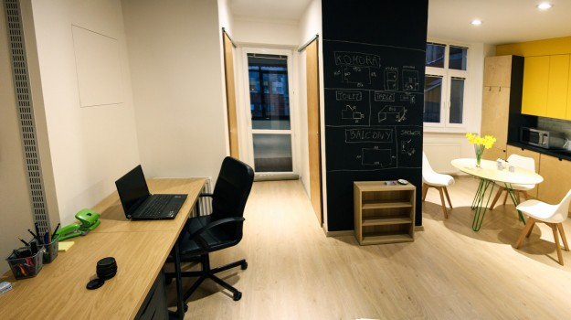 interier-bytu-rekonstrukcia-bratislava-stare-mesto-kuchyna-na-mieru-industrialny-dizajn-tabulova-farba-zlte-skrinky-nabytok-z-preglejky-breza-04