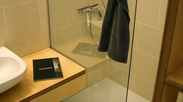 interier-bytu-rekonstrukcia-bratislava-stare-mesto-moderna-kupelna-zapusteny-sprchova-vanicka-preskleny-sprchovy-kut-navrh-na-mieru-interierovy-dizajn-07