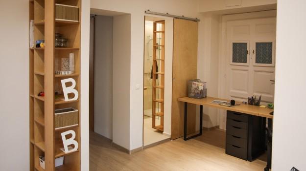 interier-bytu-rekonstrukcia-bratislava-stare-mesto-moderna-policova-skrinka-pracovny-stol-dizajnova-kupelna-industrialny-styl-posuvne-dvere-preglejka-09