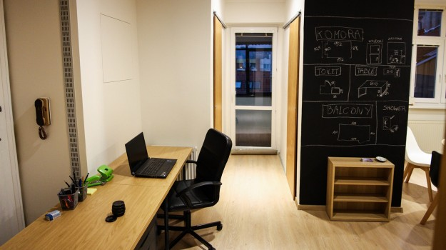 interier-bytu-rekonstrukcia-bratislava-stare-mesto-pracovny-stol-tabulova-farba-industrialny-styl-14