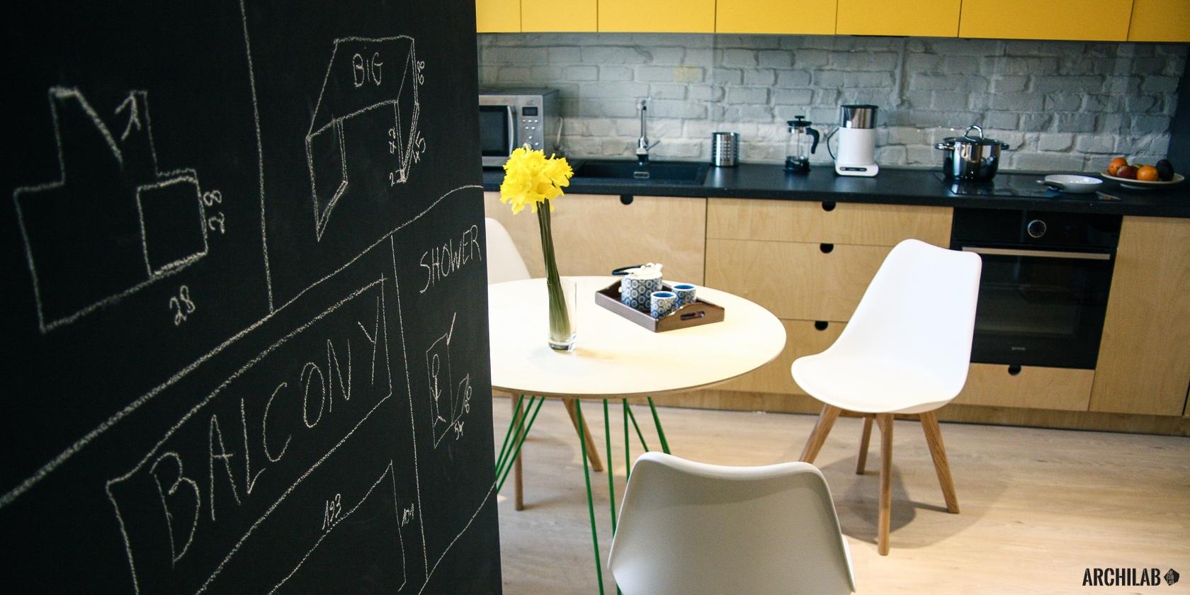 preco-oslovit-architekta-industrialny-interier-rekonstrukcia-tehlova-stena-tabulova-farba-moderna-kuchyna-02