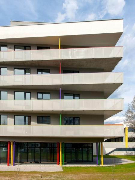 polyfunkcny-bytovy-dom-colorhouse-2-novostavba-topolcany-moderne-byvanie-farebna-fasada-izokorby-tahokov-zabradlie-06