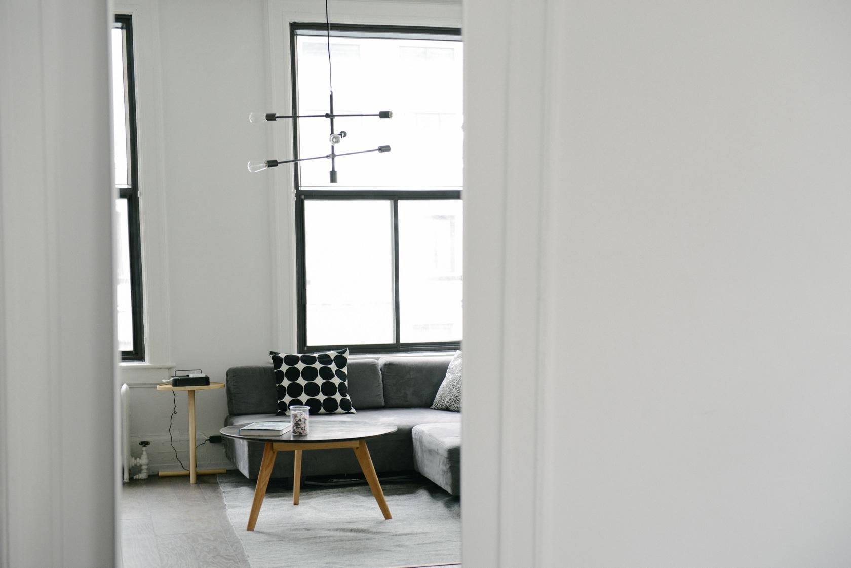 uspesna-spolupraca-interierovy-architekt-obyvacia-izba-konferencny-stolik-siva-sedacka-dizajn-05