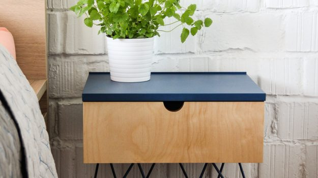 NIGHT-PIN-TABLE-nocny-stolik-01-dizajnovy-stol-k-posteli-so-suflikom-interier-pri-Strkoveckom-jazere-archilab-architekti