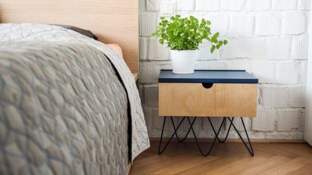NIGHT-PIN-TABLE-nocny-stolik-04-dizajnovy-stol-k-posteli-so-suflikom-interier-pri-Strkoveckom-jazere-archilab-architekti