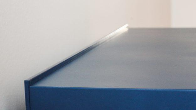 NIGHT-PIN-TABLE-nocny-stolik-09-dizajnovy-stol-k-posteli-so-suflikom-interier-pri-Strkoveckom-jazere-archilab-architekti