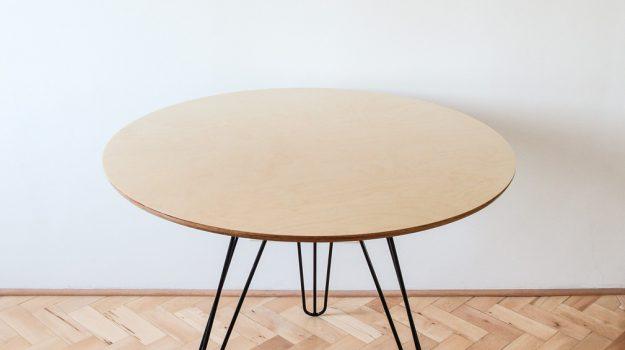 TRIPLE-PIN-TABLE-kruhovy-jedalensky-stol-03-archilab-architekti-trojnozka-detail-nabytok-stol-z-preglejky