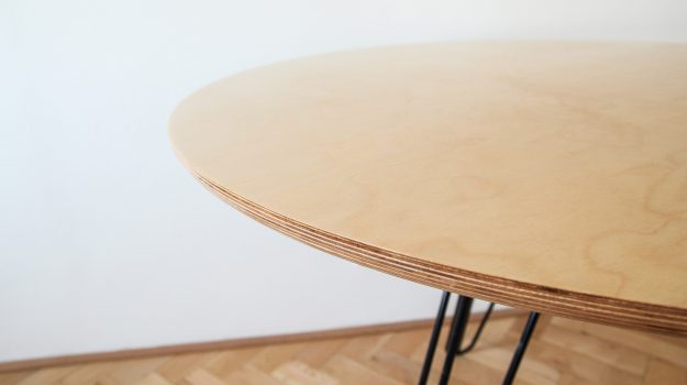 TRIPLE-PIN-TABLE-kruhovy-jedalensky-stol-06-archilab-architekti-trojnozka-detail-nabytok-stol-z-preglejky