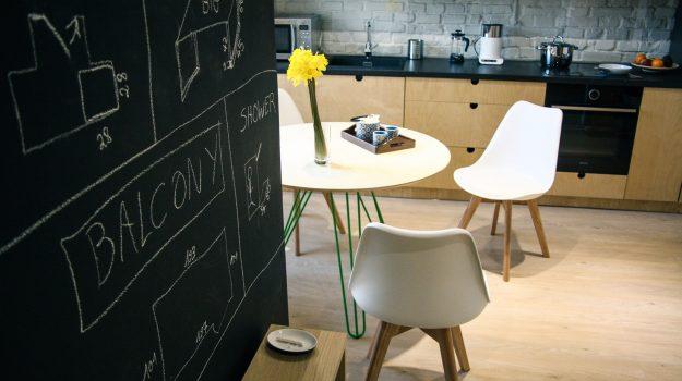 TRIPLE-PIN-TABLE-kruhovy-jedalensky-stol-interier-Zochova-02-archilab-architekti-zelena-trojnozka-detail-nabytok-z-preglejky