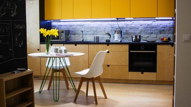 TRIPLE-PIN-TABLE-kruhovy-jedalensky-stol-interier-Zochova-03-archilab-architekti-zelena-trojnozka-detail-nabytok-z-preglejky