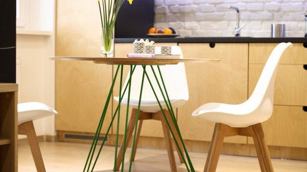 TRIPLE-PIN-TABLE-kruhovy-jedalensky-stol-interier-Zochova-04-archilab-architekti-zelena-trojnozka-detail-nabytok-stol-z-preglejky