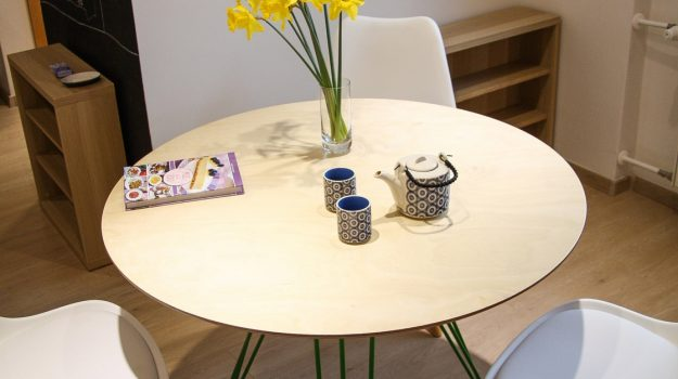 TRIPLE-PIN-TABLE-kruhovy-jedalensky-stol-interier-Zochova-05-archilab-architekti-zelena-trojnozka-detail-nabytok-stol-z-preglejky