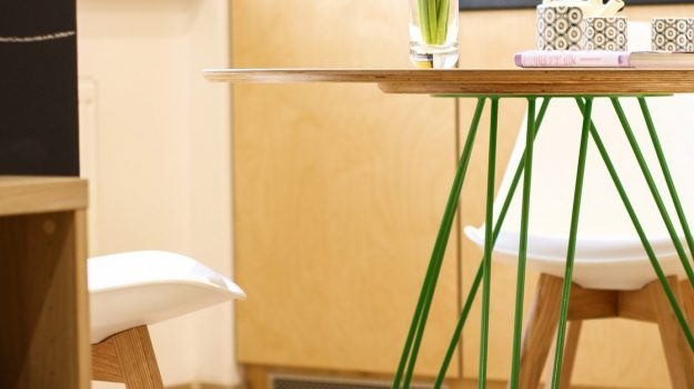 TRIPLE-PIN-TABLE-kruhovy-jedalensky-stol-interier-Zochova-06-archilab-architekti-trojnozka-detail-nabytok-stol-z-preglejky